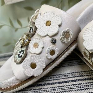 Coach Shoes - EUC COACH WHITE LEATHER TEA ROSE SPORTS SLIDES